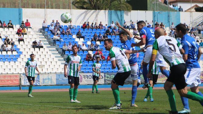 Momento en el que el central Mahanan cabecea el centro de Jairo en el que sería el único gol del encuentro.