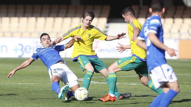 Orihuela, que vio una tarjeta amarilla y le dejó su puesto a Goma en el minuto 58, lucha por un balón con los cadistas Duarte y Javier Pérez.