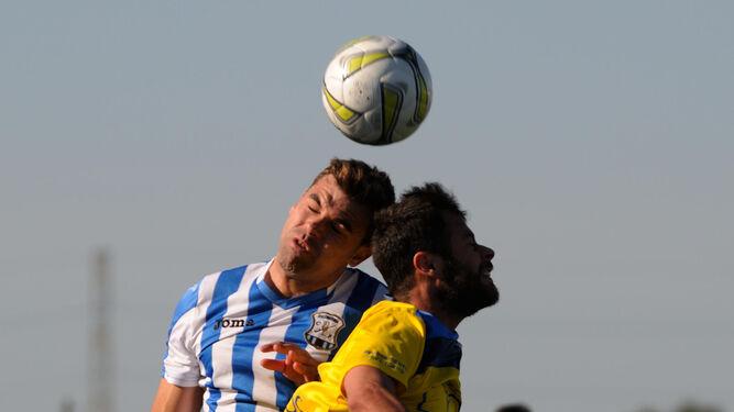 Sergio Iglesias controla el balón en el centro del campo durante un lance del partido.