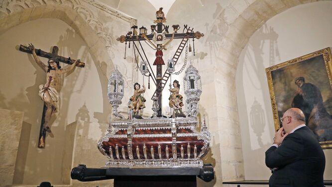 Momento en el que se dio a conocer el nuevo paso de la Santa Cruz en el que irá  el Lignum Crucis el próximo Jueves Santo.