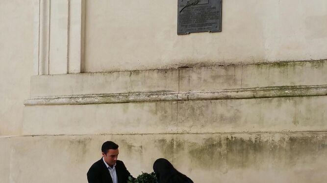 Los ediles Martín Vila y Ana Fernández, en la ofrenda municipal.