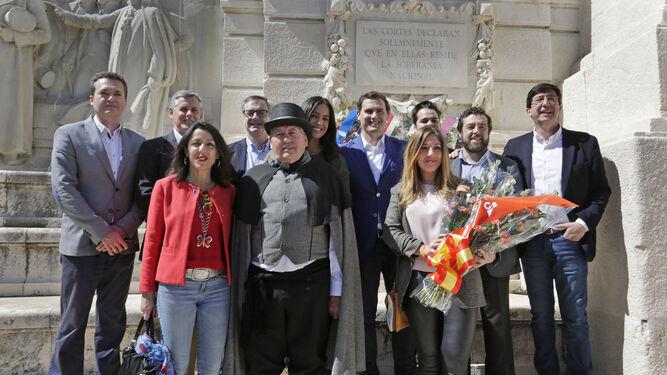 Ofrenda floral de Ciudadanos, con Albert Rivera en Cádiz, ante el Monumento a las Cortes.