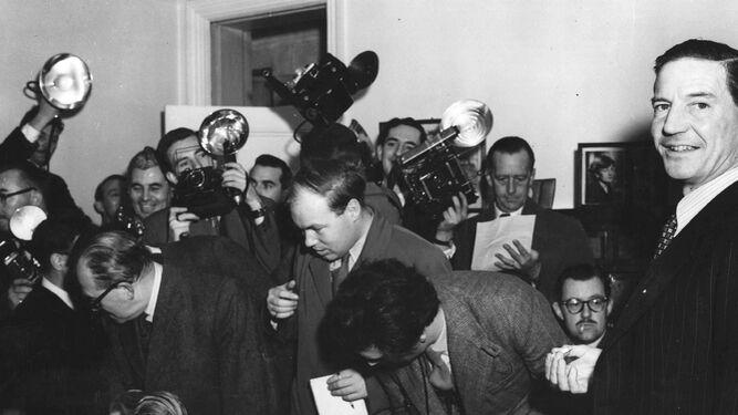 Kim Philby, en una imagen de comienzos de los años 50; abajo, el periodista Enrique Bocanegra (Sevilla, 1973).