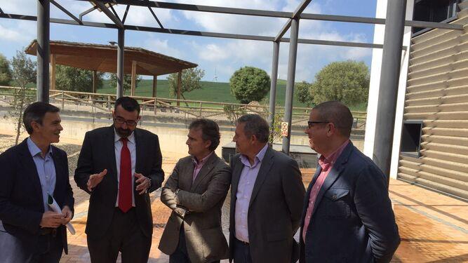 El consejero de Medio Ambiente (en el centro), ayer en Alcalá de los Gazules.