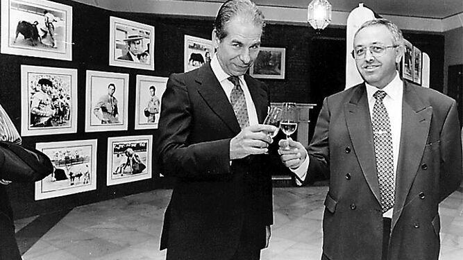 Juan Martín Pruaño, ex presidente del Club Nazaret, junto a Rafael de Paula, en un homenaje realizado al torero.