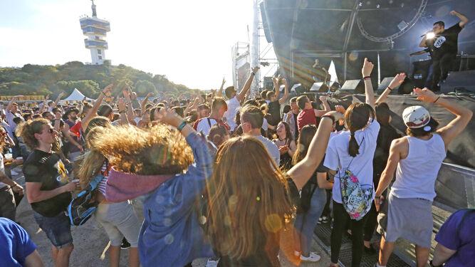 D El buen ambiente marcó las primeras actuaciones en el día de ayer. En la imagen se puede ver a un grupo de personas disfrutando de una actuación en el escenario Libertad donde actuaban los raperos Nikone.