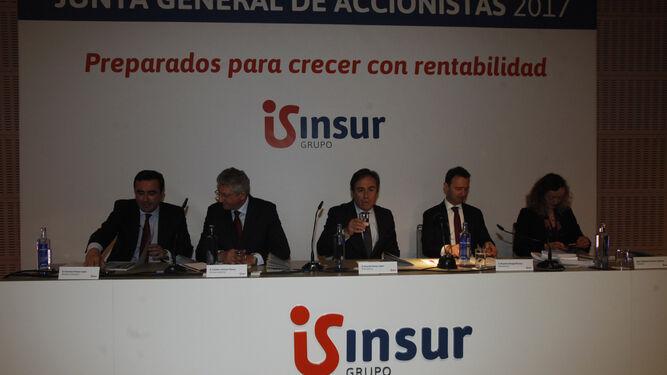 Francisco Pumar, director general de Insur; Esteban Jiménez, vicepresidente de Insur; Ricardo Pumar, presidente de Insur; Ricardo Astorga, secretario del consejo; y Montserrat Álvarez, notaria.