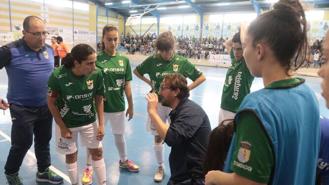 Andrés Sánchez da instrucciones a sus jugadoras.