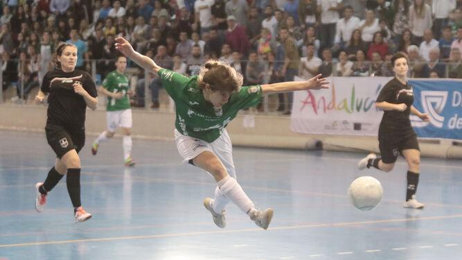 Clara, autora del único gol del Guadalcacín, falló este remate delante de la meta cadista.