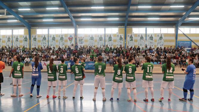Las jugadoras del Guadalcacín FSF saludan a una afición que ayer llenó el Polideportivo Municipal.