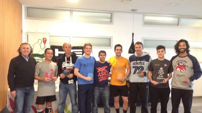 Los vencedores de la tercera prueba del Circuito Andaluz, con sus trofeos en el Activa Club.