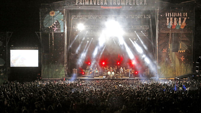 D Un momento de la actuación de Loquillo cuando se acercaba el final del concierto. El público se volcó con este rockero que