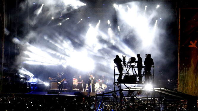 Un grupo con pelucas y sombreros saluda a cámara cuando tenía lugar la actuación del rapero 'Shotta'.
