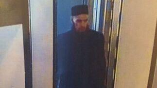 Fotografía extraida de la grabación de una cámara de seguridad que muestra a un hombre en búsqueda por su supuesta conexión con el atentado en el metro de San Petersburgo.