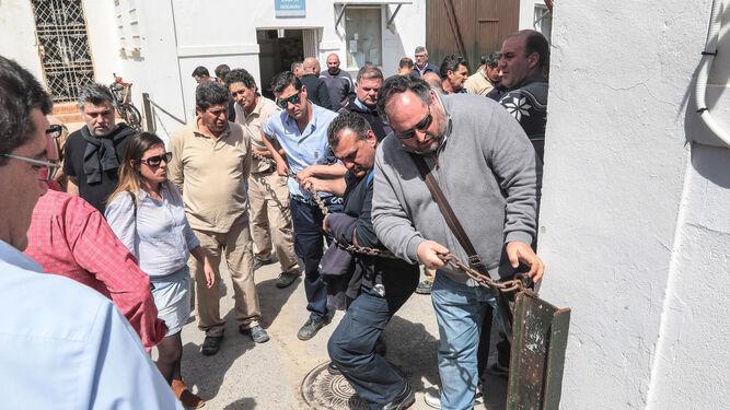 Trabajadores de Infraestructuras, ayer junto al acceso principal a la sede de la delegación, que amaneció bloqueada con una cadena.