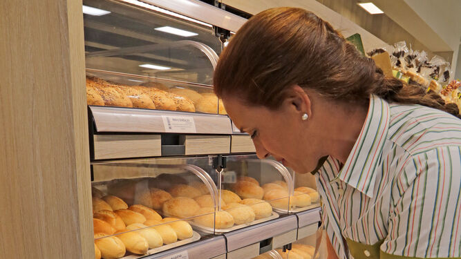 La empleada Ainhoa haciendo labores de reposición de bollería.