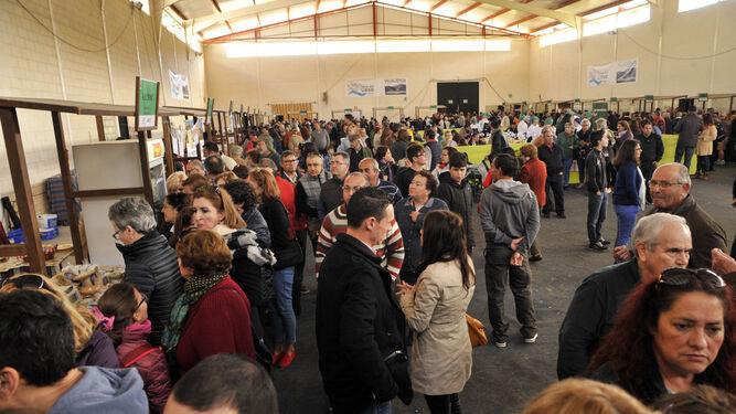 Miles de personas visitaron este fin de semana la novena edición de la Feria del Queso, que se celebra en Villaluenga.