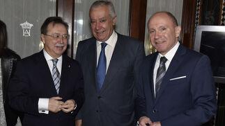 Juan Jesús Vivas conversa con Javier Arenas y Nicolás Fernández Cucurull.