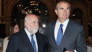 Antonio Carrillo, secretario de la CEA, con el general de la Guardia Civil Manuel Contreras.