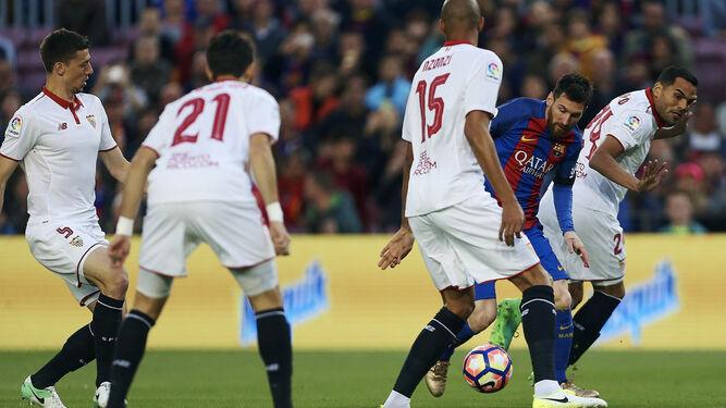 Messi se marcha entre cuatro jugadores sevillistas.