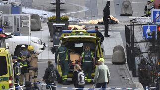 Imágenes del atentado del camión que ha atropellado a varios peatones en Estocolmo.