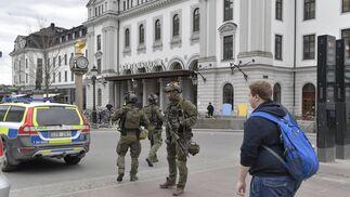 Las imágenes del atentado del camión que ha arrollado a varios peatones en Estocolmo..jpg