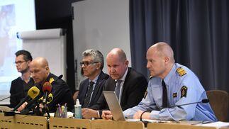 El comisario de la Policía Nacional Anders Thornberg (3d), durante una rueda de prensa tras el atentado en el centro de Estocolmo..jpg
