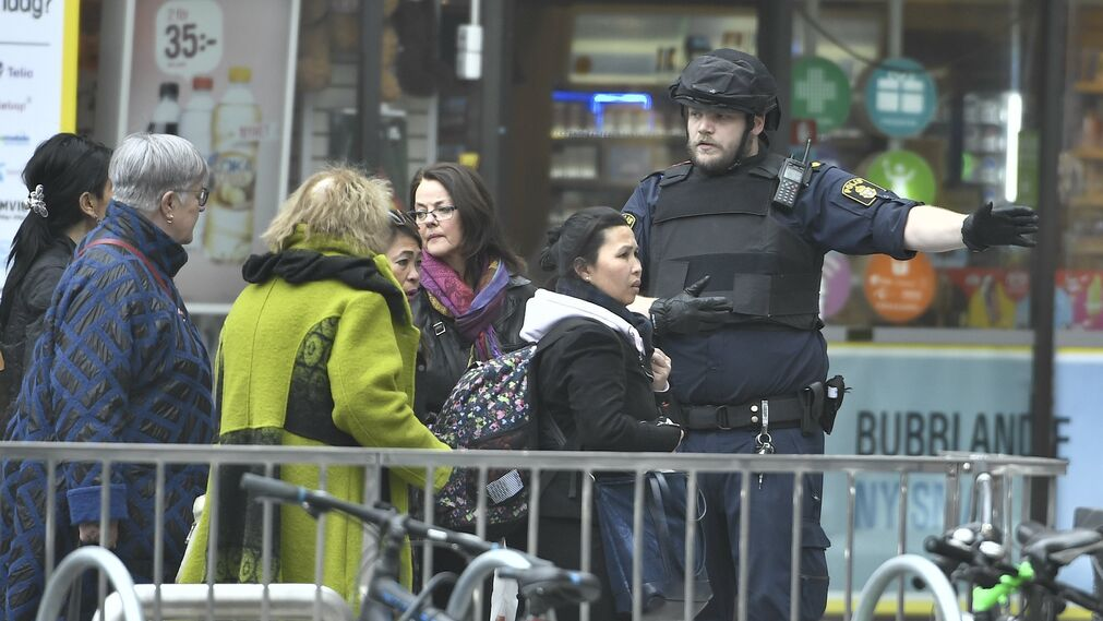 Las imágenes del atentado del camión que ha arrollado a varios peatones en Estocolmo.jpg