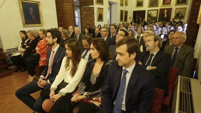 En primer plano, Concha Velasco, su mujer, y sus hijos Gonzalo, Carmen y Pablo.