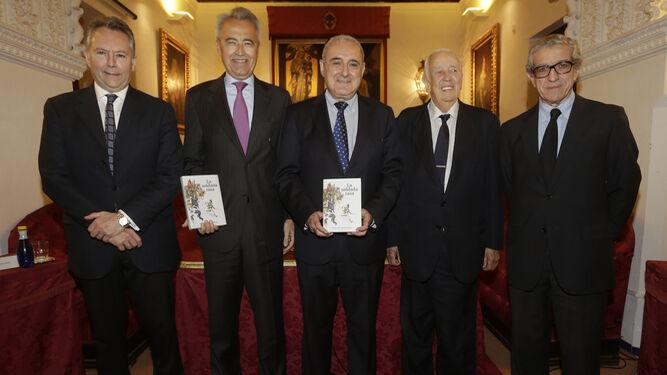 De izquierda a derecha, José Joly, Pablo Gutiérrez-Alviz, Rafael Valencia, Manuel Olivencia y Braulio Medel, en la casa de los Pinelo.
