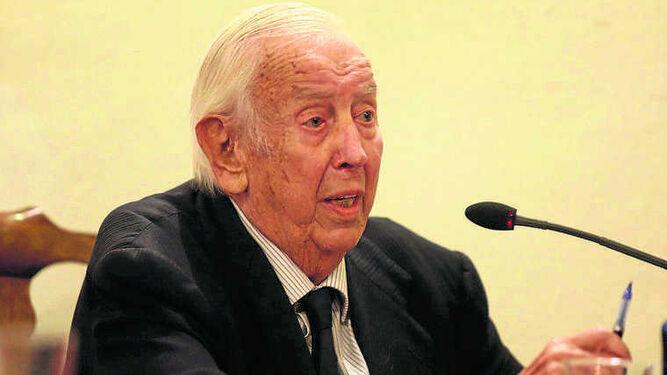 Manuel Olivencia escribe el prólogo de 'La soldada rasa' y presentó la obra.