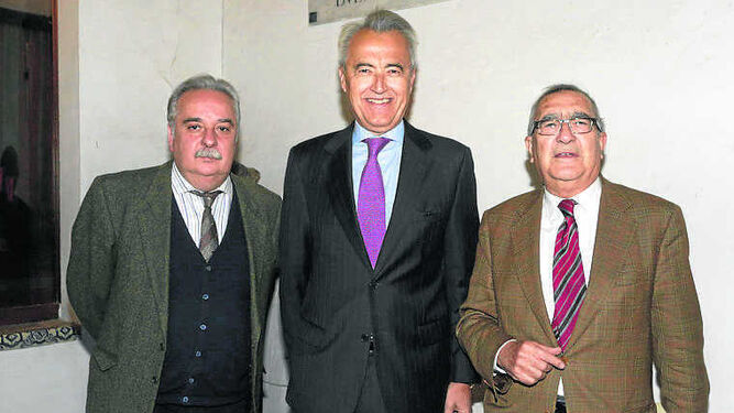 El autor, entre los académicos Ismael Yebra y Rogelio Reyes.
