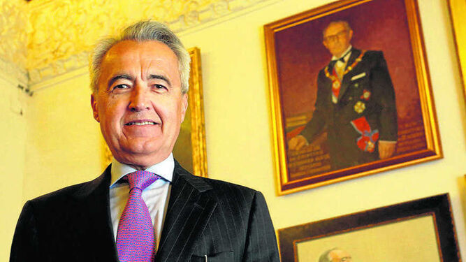 El autor, junto al retrato de su padre, Faustino Rodríguez-Alviz, que dirigió Buenas Letras.