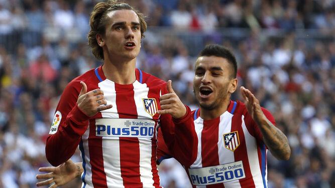 Griezmann (i) celebra su tanto con Correa (d).
