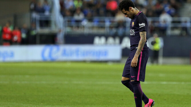 Neymar se retira del terreno de juego tras ser expulsado.