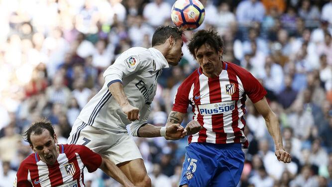 Ronaldo salta de cabeza con Savic.
