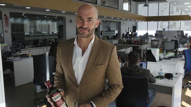 Álvaro Guillén, consejero de Acesur, en el departamento de exportación de la empresa.