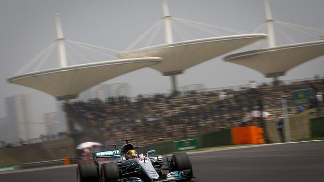Hamilton, rodando con su Mercedes en la pista china.