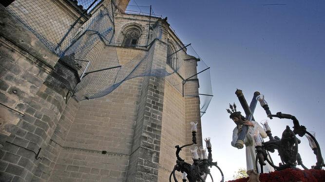 El Señor de la Salvación por la zona de la iglesia de Santiago.