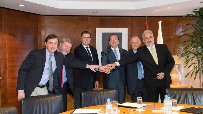 García Vilasánchez (a la derecha), el día de la firma del contrato de los petroleros, con el ya ex presidente de Navantia (en el centro), José Manuel Revuelta.