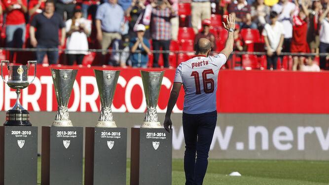 Monchi, con la camiseta de Puerta, saluda con tres de las cinco copas de la UEFA y una de las dos del Rey.