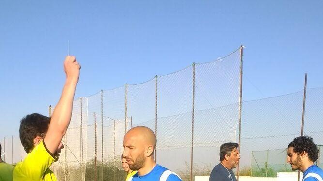 Los jugadores del Xerez CD posan con Samuel, aficionado azulino que se desplazó a Almodóvar desde Linares para ver a su equipo.