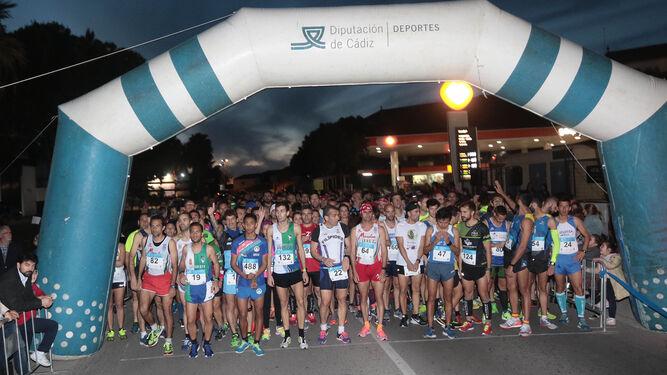 Los atletas de la prueba masculina esperan la salida, que se disputó entrada la tarde-noche.