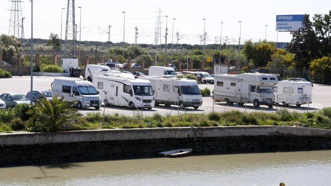 El aparcamiento en superficie de Pasarela, en El Puerto, donde Feprodeca quiere habilitar y gestionar una zona permanente reservada para autocaravanas.