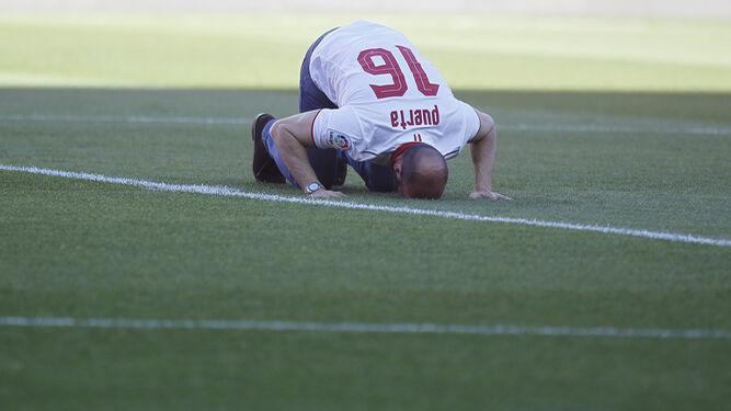 Monchi posa con los nueve títulos oficiales y los dos títulos de mejor equipo del mundo en 2006 y 2007.