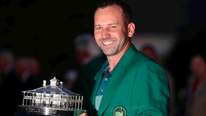 Sergio García, con la chaqueta verde enfundada y el trofeo en las manos.