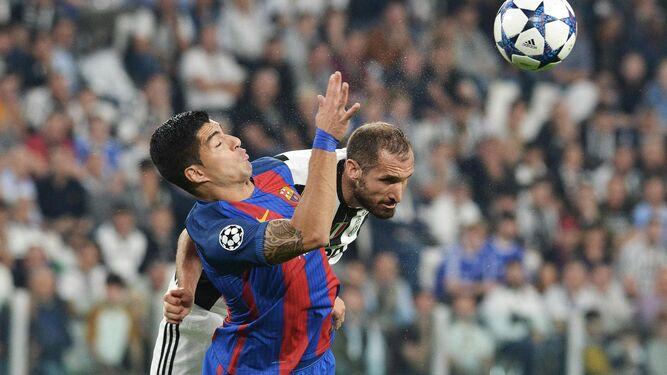 Suárez salta con Chiellini.