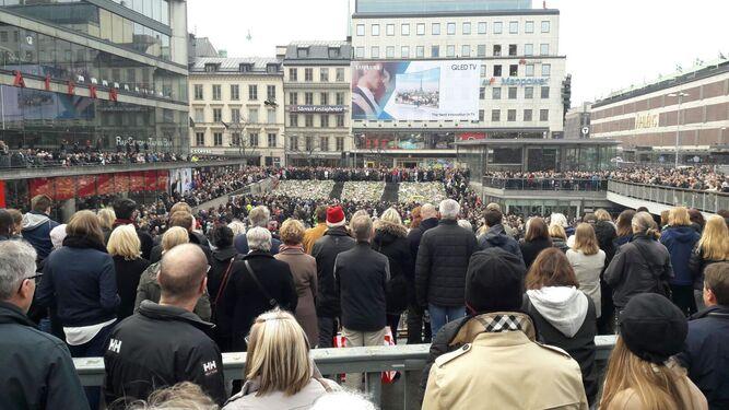 Imagen del minuto de silencio guardado ayer en el centro comercial Ahlens de la capital sueca.