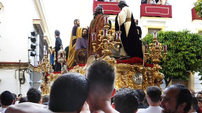 Costaleros en la trasera del paso de misterio de la Sagrada Cena contemplan el buen trabajo que, cada Lunes Santo, ofrece la cuadrilla.