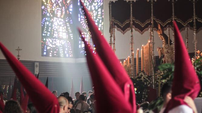 El palio de la Virgen del Refugio, momentos antes de su salida, con el cortejo ya desfilando por Fátima.